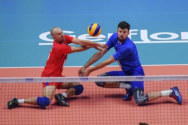 Волейболисты сборной России Алексей Вербов (слева) и Егор Клюка