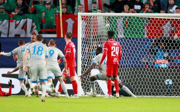 Футболисты Шальке радуются забитому голу в ворота Локомотива
