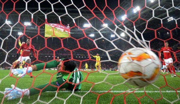 Вратарь Вильярреала Андрес Фернандес пропускает мяч после удара форварда Спартака Зе Луиша