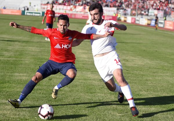 Игрок Енисея Александр Зотов (слева) и игрок Спартака Георгий Джикия