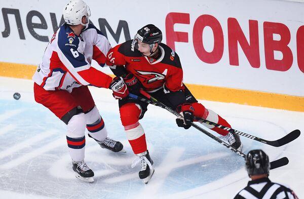 Защитник ЦСКА Клас Дальбек (слева) и нападающший Авангарда Илья Михеев