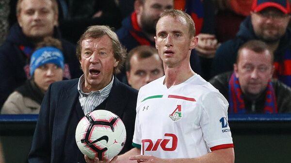 Защитник Локомотива Владислав Игнатьев (справа) и главный тренер Локомотива Юрий Сёмин