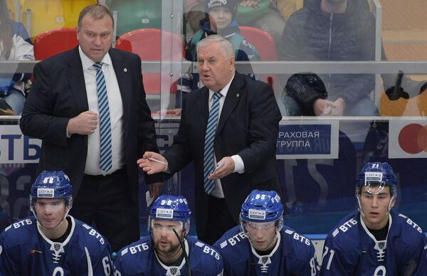 Тренер Динамо Владимир Воробьёв и главный тренер Динамо Владимир Крикунов (слева направо на втором плане)