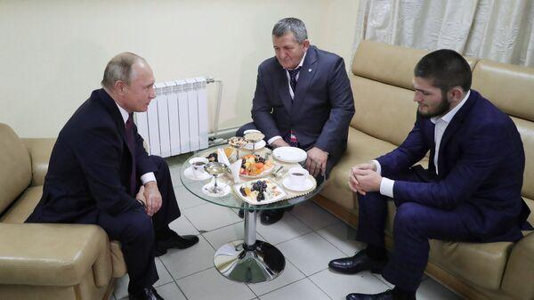 Менеджер Нурмагомедова: Путин пообещал Хабибу лучшее лечение для его отца