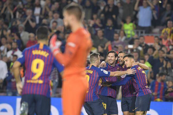 Футболисты Барселоны радуются забитому мячу