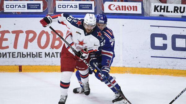 Игрок ПХК ЦСКА Михаил Пашнин (слева) и игрок ХК СКА Ярно Коскиранта