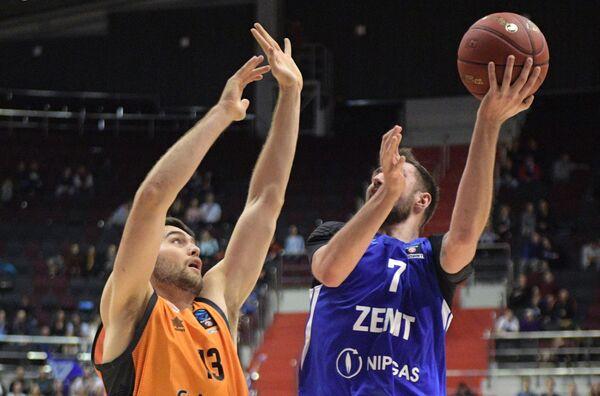 Игрок Валенсии Майк Тоби (слева) и игрок Зенита Сергей Карасёв