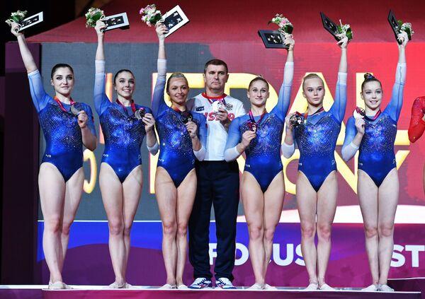 Спортсменки сборной России, занявшие второе место в финале командного многоборья среди женщин на чемпионате мира по спортивной гимнастике