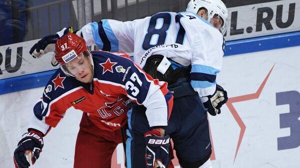 Игрок ПХК ЦСКА Мэт Робинсон (справа) и игрок ХК Сибирь Юкка Пельтола