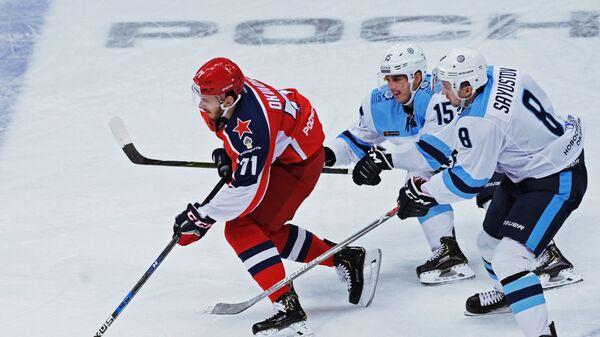 Игрок ПХК ЦСКА Константин Окулов, игроки ХК Сибирь Максим Казаков и Дмитрий Саюстов (слева направо)