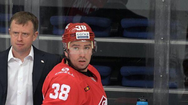Хоккеисты Спартака Каспарс Даугавиньш и Илья Зубов (слева направо на первом плане)
