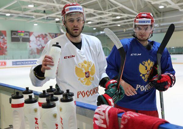 нападающий сборной России Андрей Локтионов (справа)