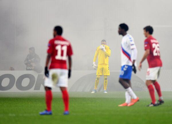 Игровой момент матча Спартак - Рейнджерс, приостановленного из-за пиротехники