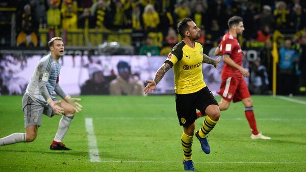 Форвард дортмундской Боруссии Пако Алькасер радуется забитому мячу в ворота Баварии