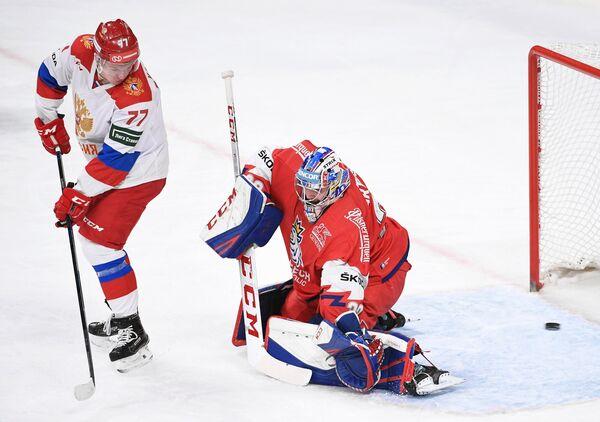 Форвард сборной России Кирилл Капризов (слева) забрасывает шайбу в ворота Патрика Бартошака