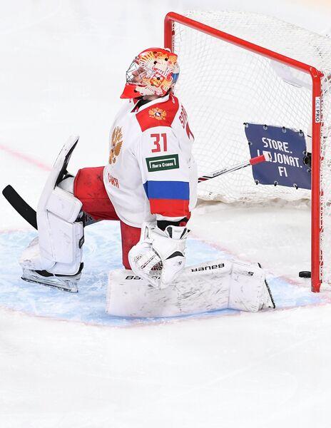 Вратарь сборной России Илья Сорокин после пропущенной шайбы