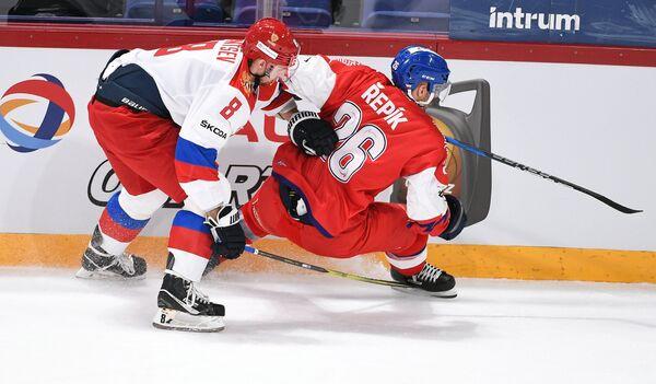 Защитник сборной России Денис Баранцев (слева) и форвард сборной Чехии Михал Ржепик