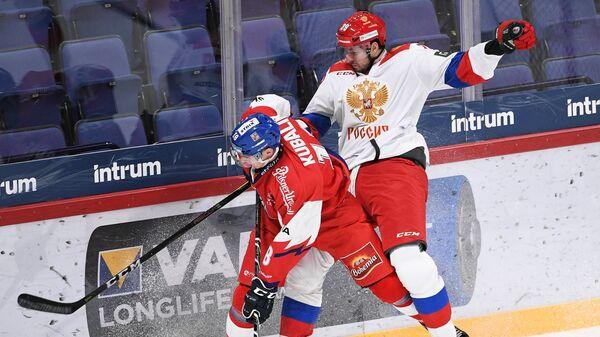 Форвард сборной Чехии Доминик Кубалик (слева) и защитник сборной России Андрей Педан