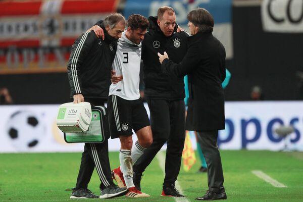 Защитник сборной Германии по футболу Йонас Хектор (второй слева)