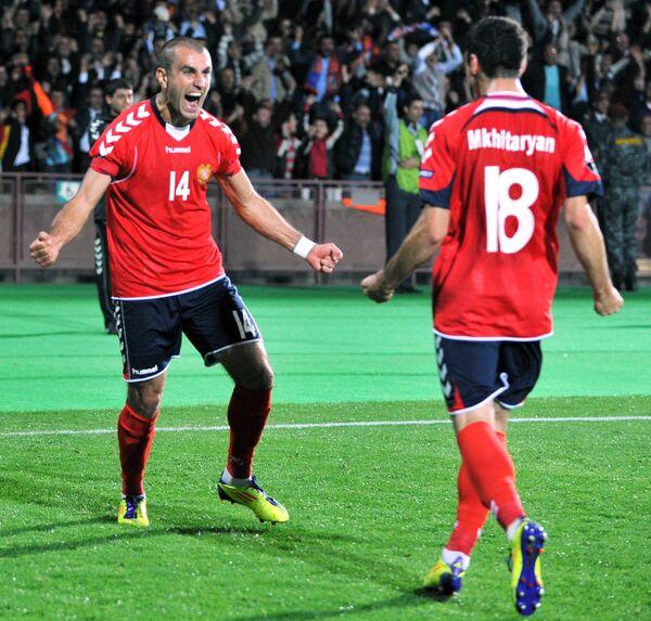 Футболисты сборной Армении Юра Мовсисян и Генрих Мхитарян