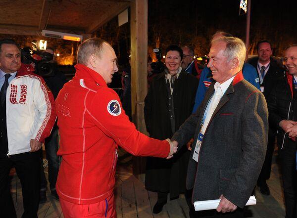 Президент России Владимир Путин и австрийский горнолыжник Карл Шранц (слева направо на первом плане)