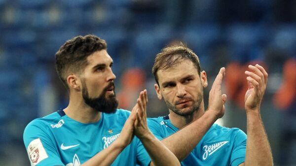 Футболисты Зенита Миха Мевля (слева) и Бранислав Иванович