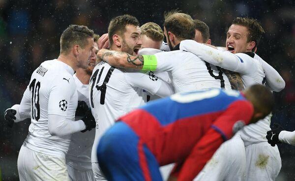 Игроки ФК Виктория радуются забитому голу в матче с ЦСКА