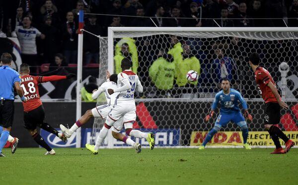 Форвард Ренна Хатем Бен Арфа забивает мяч в ворота Лиона