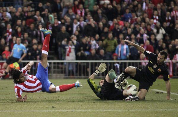 Игровой момент матча Атлетико - Барселона