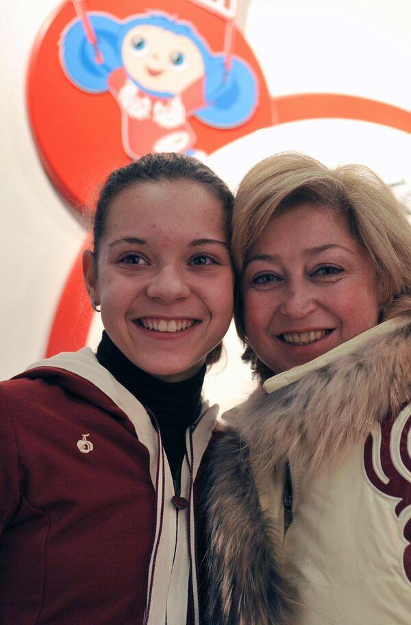 Елена Буянова (Водорезова) и фигуристка Аделина Сотникова (справа налево)