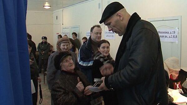 Пенсионерка просила автограф у Валуева, чтобы заманить мужа на выборы