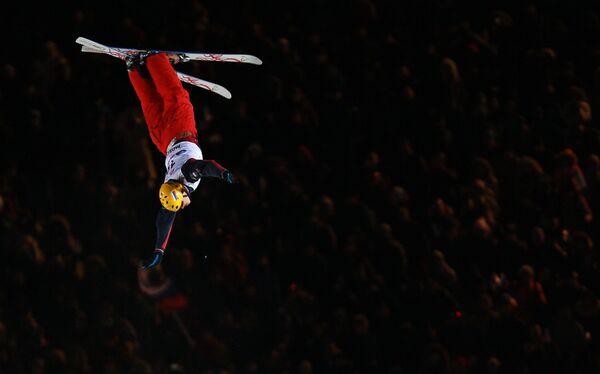 Российский лыжник-акробат Илья Буров участвует в соревнованиях по лыжной акробатике на этапе Кубка мира в Москве