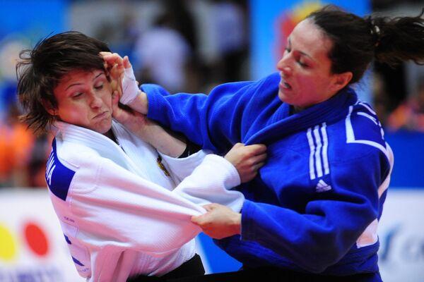Наталья Кузютина (в белой форме) и Адреа Стефания (в синей форме)