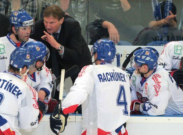 Хоккеисты сборной Чехии и Алоис Гадамчик (в костюме)