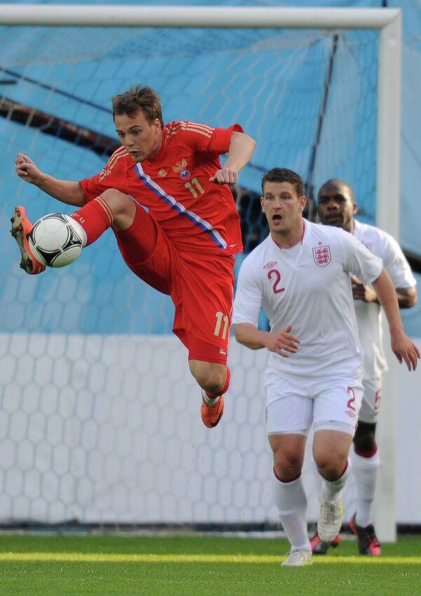 Артем Делькин (слева) в матче Россия - Англия