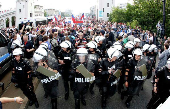 Марш российских болельщиков в Варшаве