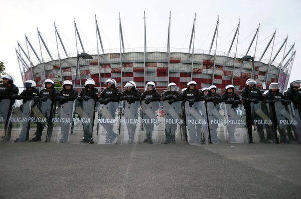 Полицейские перед Национальным стадионом в Варшаве