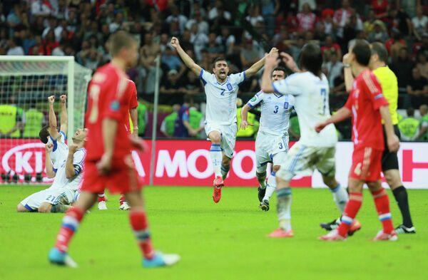Футболисты сборной Греции (в центре)