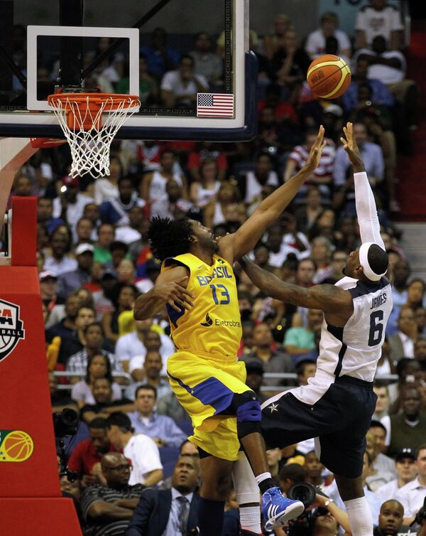 Игровой момент матча США - Бразилия по баскетболу