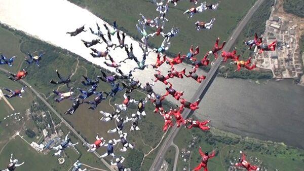 Парашютисты установили рекорд мира, создав в небе цветок из 88 человек