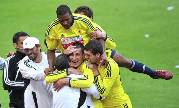 Игроки Анжи поздравляют Расима Тагирбекова с забитым мячом
