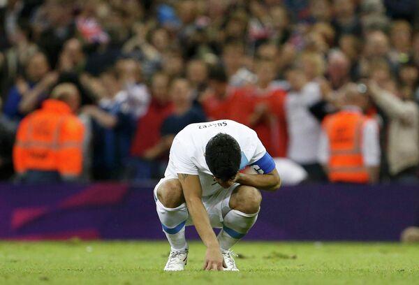 Луис Суарес в матче группового этапа футбольного турнира Олимпиады между командами Уругвая и Великобритании