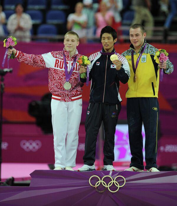 Ян Хак Сон (в центре)