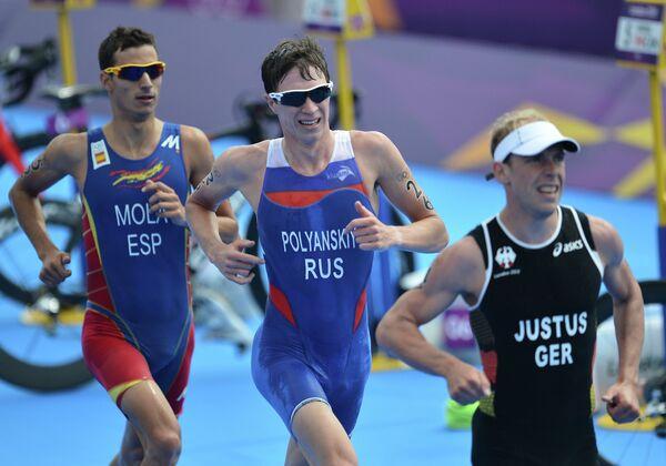 Российски триатлонист Дмитрий Полянский (в центре)