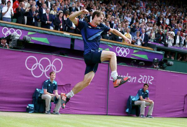 Энди Маррей радуется победе над Роджером Федерором в финале олимпийского турнира по теннису