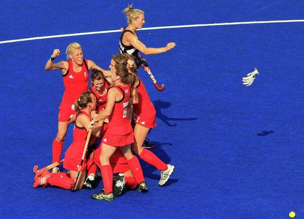Хоккеистки сборной Новой Зеландии в матче за бронзу против женской сборной Великобритании по хоккею на траве