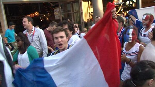 Болельщики с флагами и боевым раскрасом на лице провожают Олимпиаду-2012