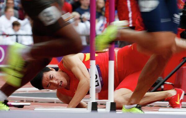 Китайский спортсмен Сян Лю упал во время соревнований в беге на 110 м с барьерами