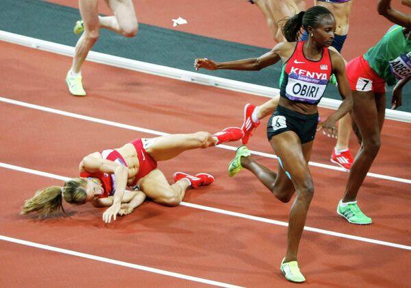 Американская спортсменка Морган Уцены упала во время финала соревнований в беге на 1500 м