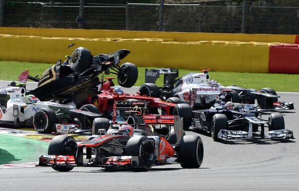 Дженсон Баттон (на первом плане) лидирует в начале гонки